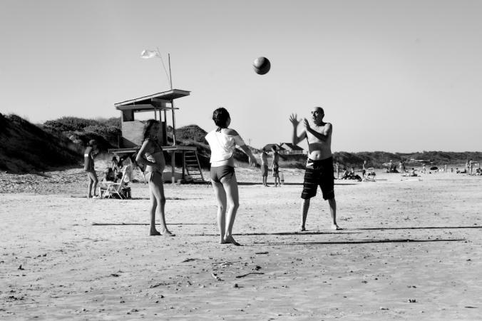 dos chicos un padre y la pelota